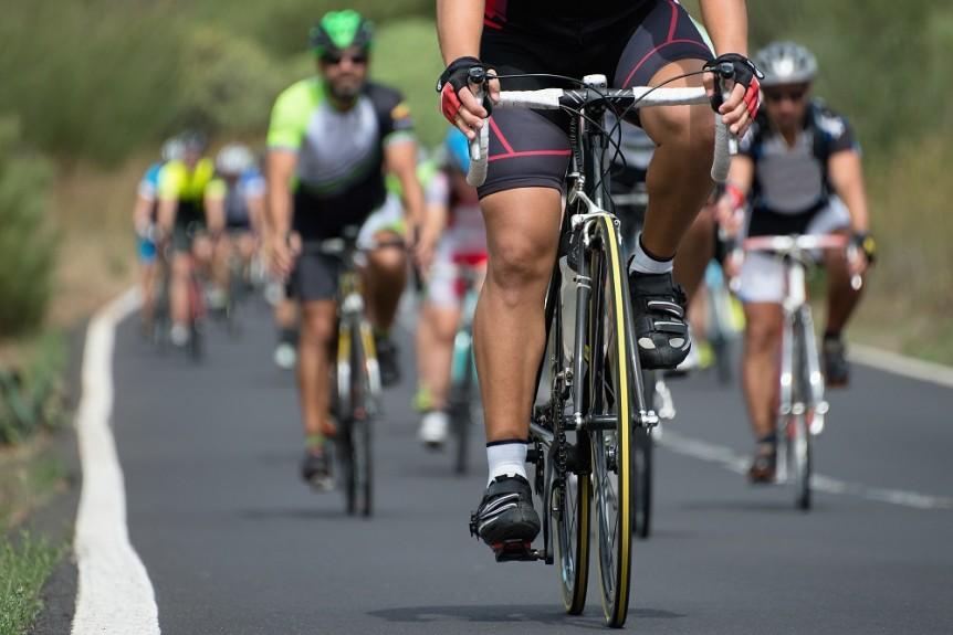 Triathloniści na rowerach