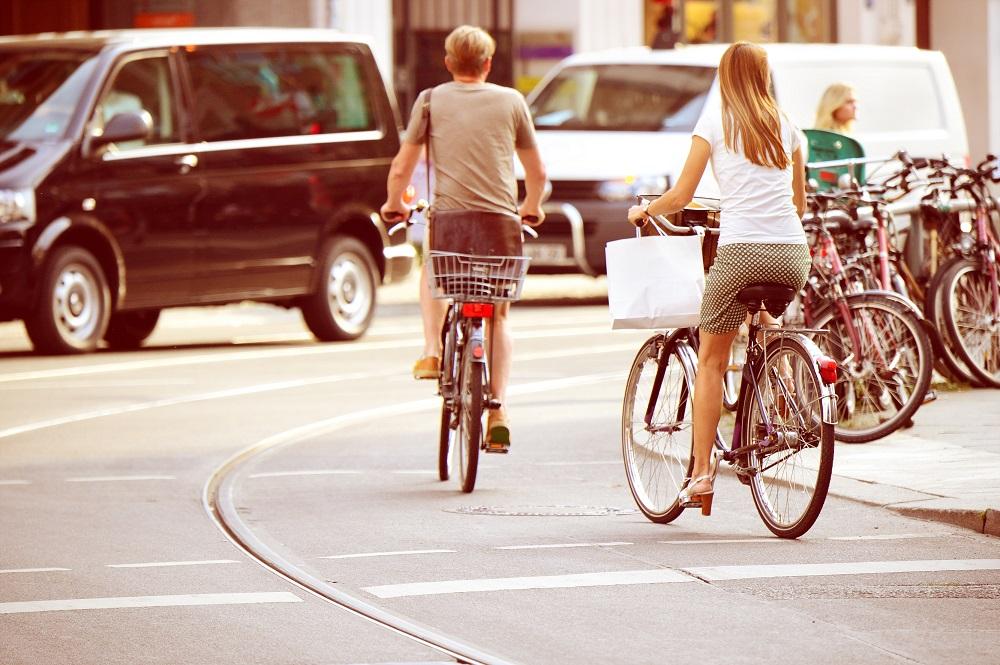 Para na rowerze miejskim